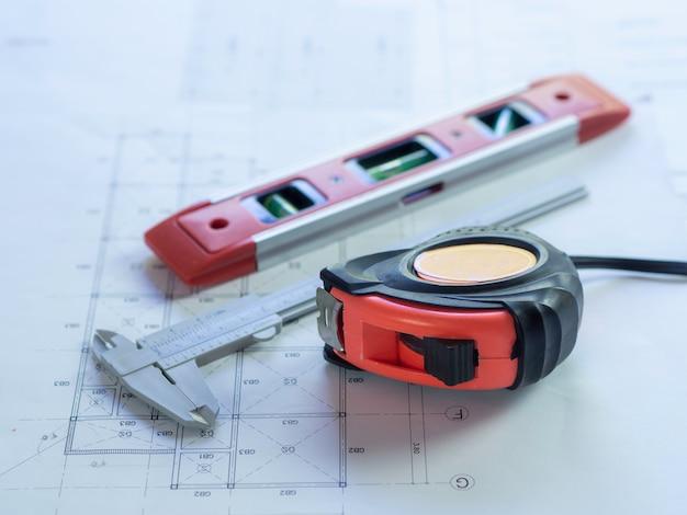 L'ingénierie utilise du matériel pour dessiner un plan de construction