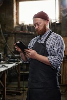 Ingénieur à l'aide de tablet pc au travail