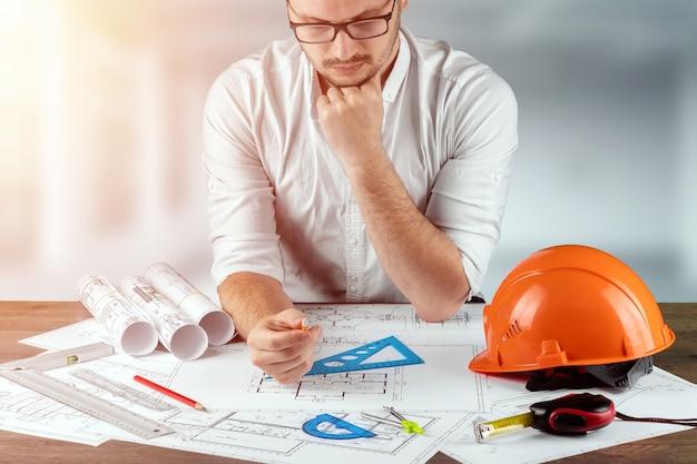 Ingénieur architecte pour un stolos avec des dessins de construction architecturaux