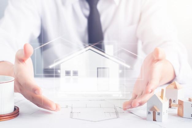 Ingénieur architecte présente conception de plans architecturaux de maison avec effet visuel d'hologramme