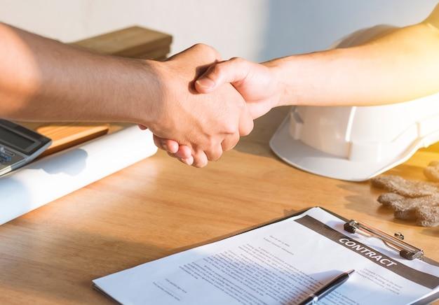 Ingénieur architecte serrant la main avec l'investisseur terminant la signature du contrat d'embauche