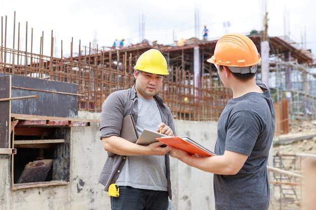 Ingénieur et architecte travaillant sur le chantier