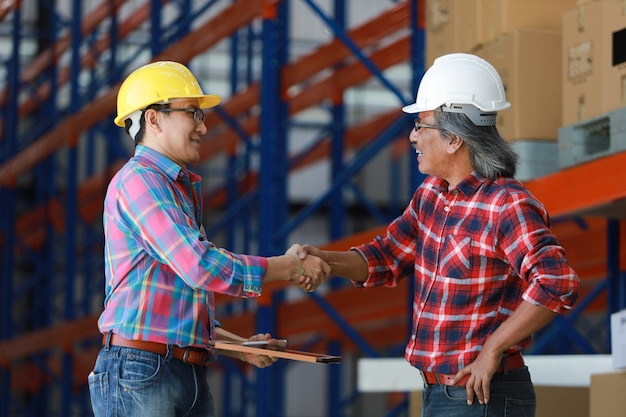 Ingénieur asiatique homme travaillant dans l'usine de construction
