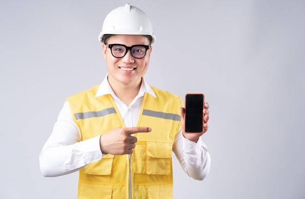 Un ingénieur asiatique pointait l'écran du téléphone