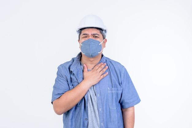 Ingénieur asiatique porter un casque blanc et porter un masque pour éviter les germes
