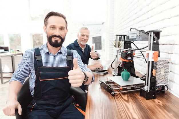 L'ingénieur à la barbe s'assoit et pose devant la caméra