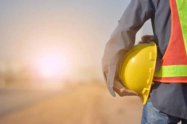 Ingénieur avec un casque jaune