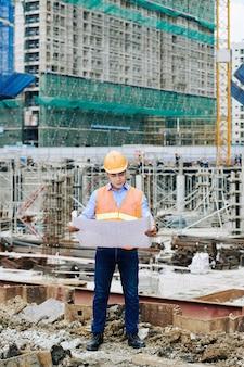Ingénieur sur chantier de gratte-ciel