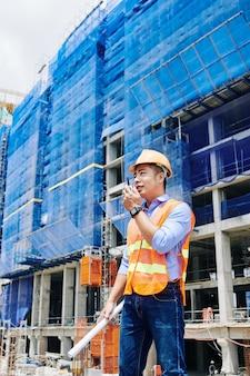 Ingénieur en chef prenant le talkie-walkie