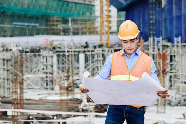 Ingénieur civil examinant le plan de construction
