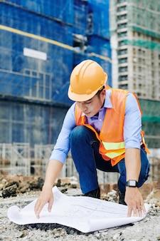 Ingénieur civil examinant le plan d'étage
