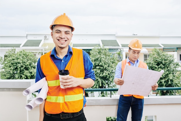 Ingénieur civil gai, boire du café