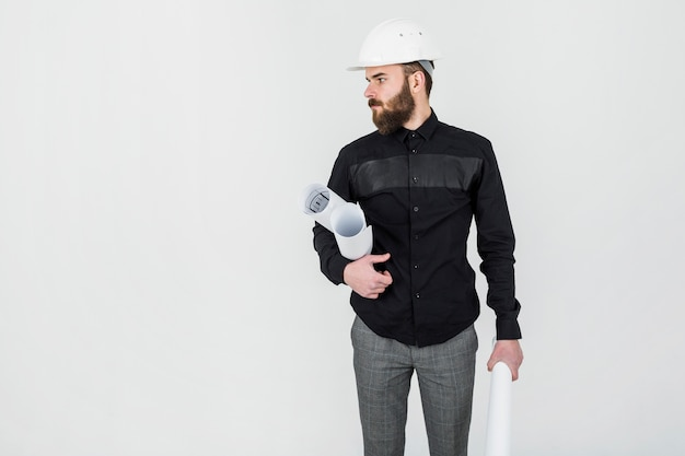 Ingénieur civil tenant blueprint à la main sur fond blanc