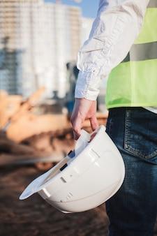 Un ingénieur civil tient un casque à la main