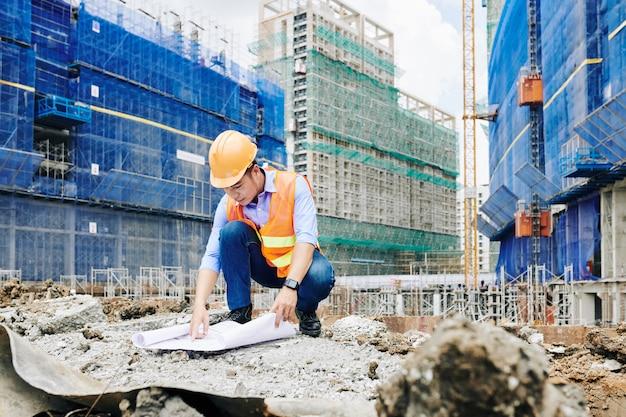 Ingénieur civil travaillant à l'extérieur sur le site de construction