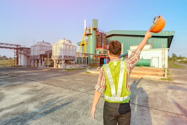 Ingénieur constructeur arpenteur avec l'équipement de transit de théodolite au chantier de construction à l'extérieur pendant les travaux d'arpentage