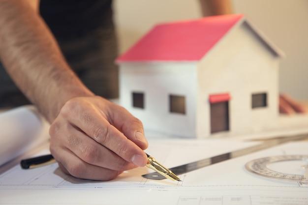 Ingénieur de construction ou architecte travaille sur l'inspection des plans en milieu de travail