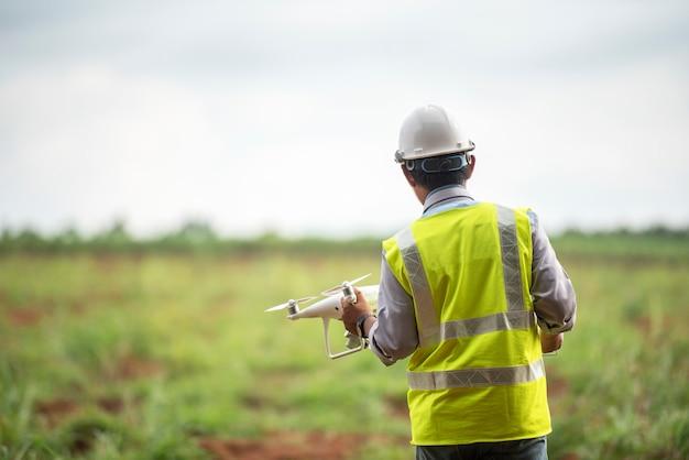 Ingénieur de construction contrôle drone terrains pour développement immobilier