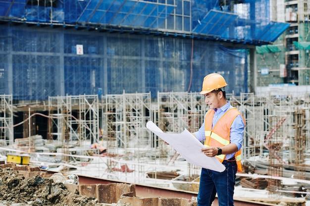 Ingénieur en construction avec plan