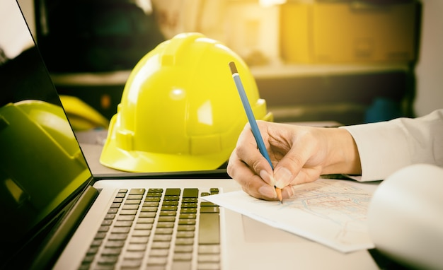 Ingénieur en construction travaille avec l'ordinateur dans le bureau
