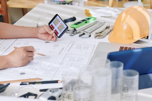 Ingénieur en construction vérifiant le plan