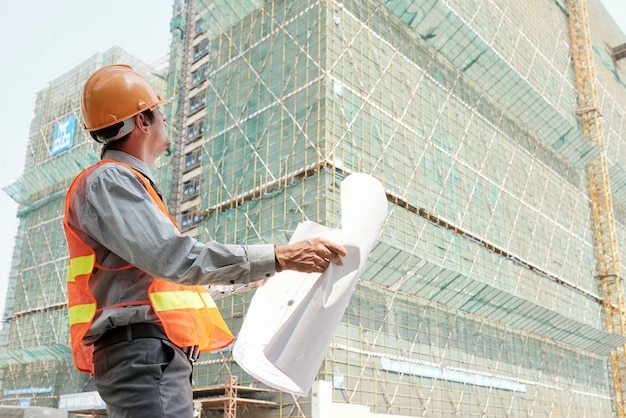 Ingénieur contrôlant la construction