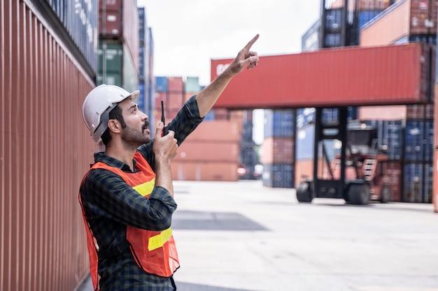 Ingénieur contrôle chargement boîte de conteneur de cargo cargo import export