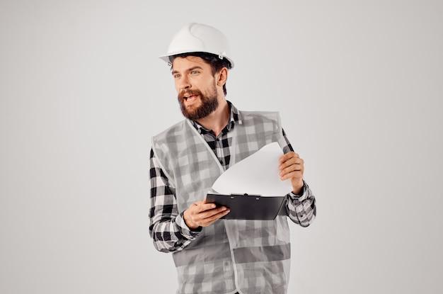 Ingénieur dans un casque blanc blueprints fond isolé professionnel