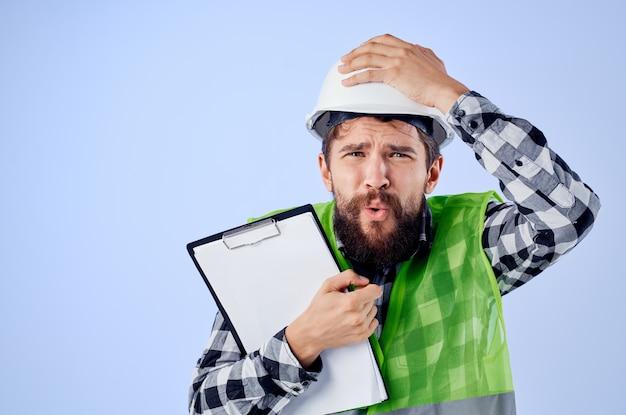 Ingénieur dans une industrie de studio de conception de travaux de gilet vert. photo de haute qualité