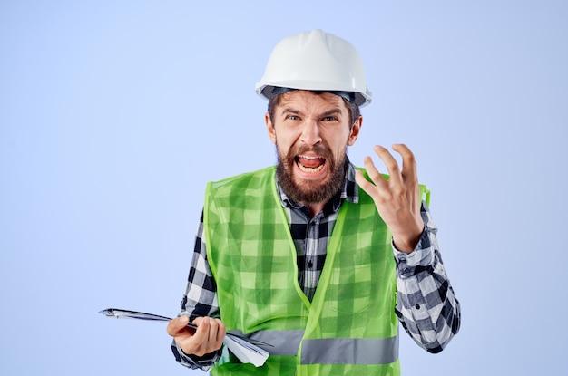 Ingénieur dans une industrie de studio de conception de travaux de gilet vert