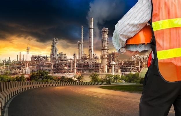 Ingénieur dans le raffineur de pétrole