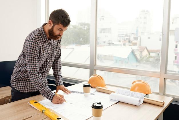 Ingénieur dessinant le plan