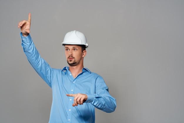 Ingénieur avec des dessins à la main fond clair de geste de la main