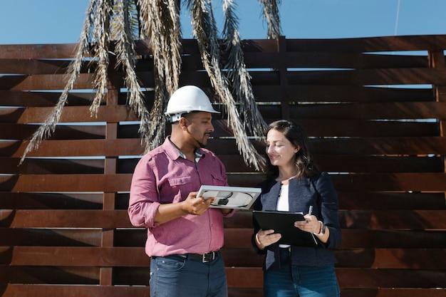 Ingénieur discutant avec son collègue
