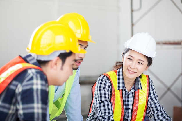Ingénieur discuter en réunion sur le chantier de construction