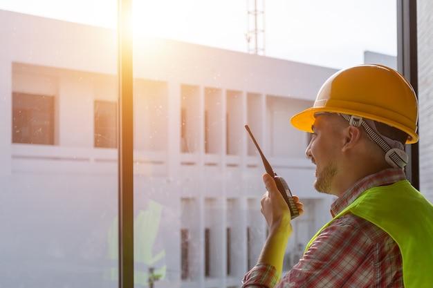 Ingénieur à distance avec communication radio dans la construction.