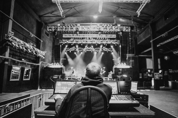 Ingénieur du son au soundcheck d'un concert