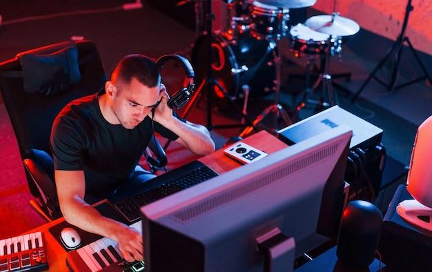 Ingénieur du son professionnel travaillant et mixant de la musique à l'intérieur du studio.