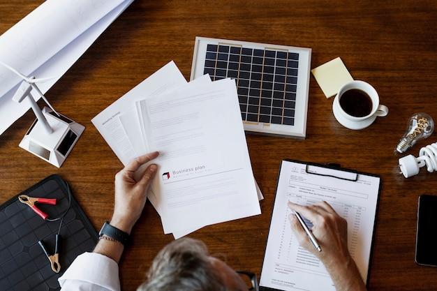 Ingénieur éco-responsable travaillant sur un projet de panneau solaire