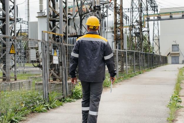 Un ingénieur effectue une visite et une inspection du poste électrique moderne.