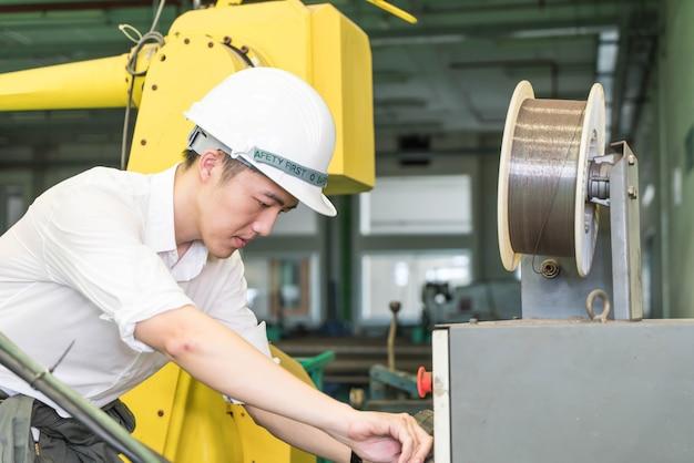 Ingénieur électricien travaillant avec une machine robotisée