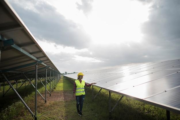 Ingénieur électrique vérifiant et entretenant les cellules solaires.