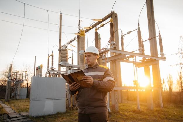 L'ingénieur en énergie inspecte l'équipement de la sous-station. ingénierie électrique. industrie