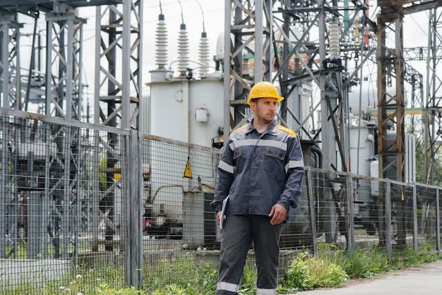 L'ingénieur en énergie inspecte l'équipement de la sous-station. ingénierie électrique. industrie.