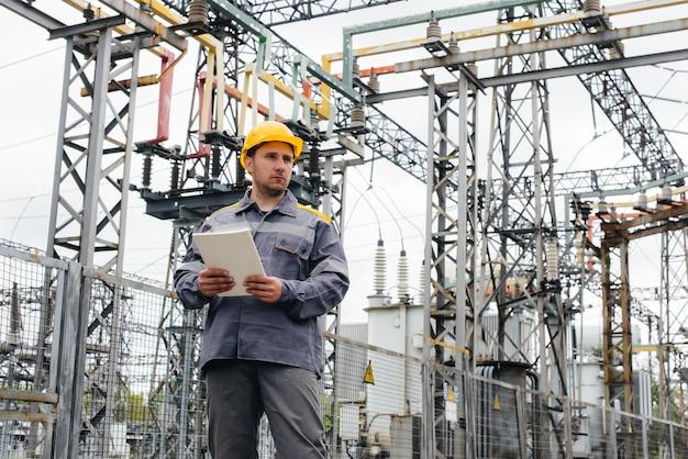 L'ingénieur en énergie inspecte les équipements de la sous-station. ingénierie électrique. industrie.
