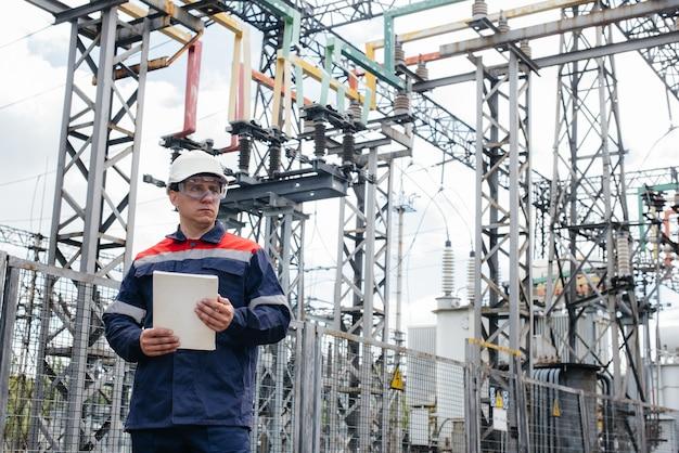 L'ingénieur en énergie inspecte les équipements de la sous-station