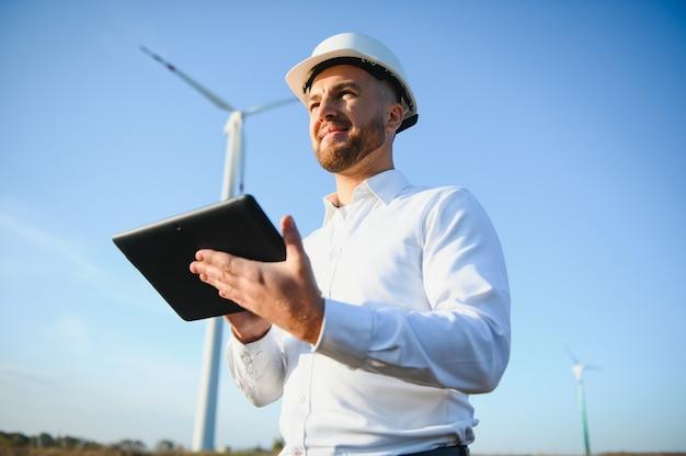 L'ingénieur en énergie travaille avec des éoliennes.