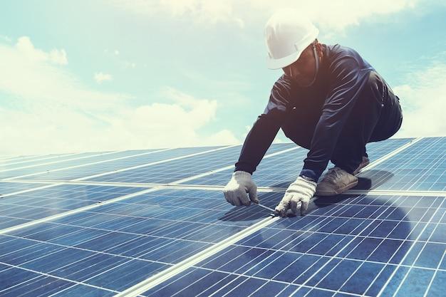 L'ingénieur ou l'équipe d'électricien échangent et installent le panneau solaire