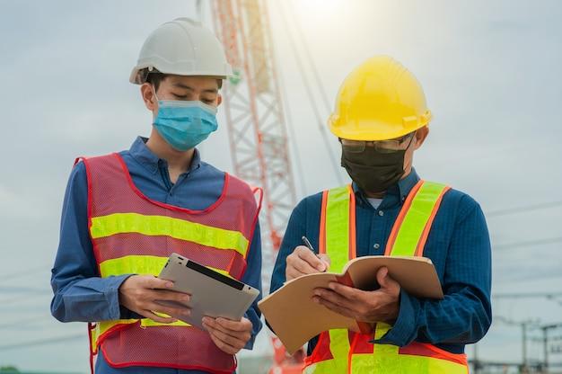 L'ingénieur d'équipe fait le travail sur la construction du site, le travail d'équipe d'architecture