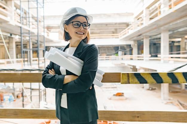 Ingénieur femelle mature sur chantier